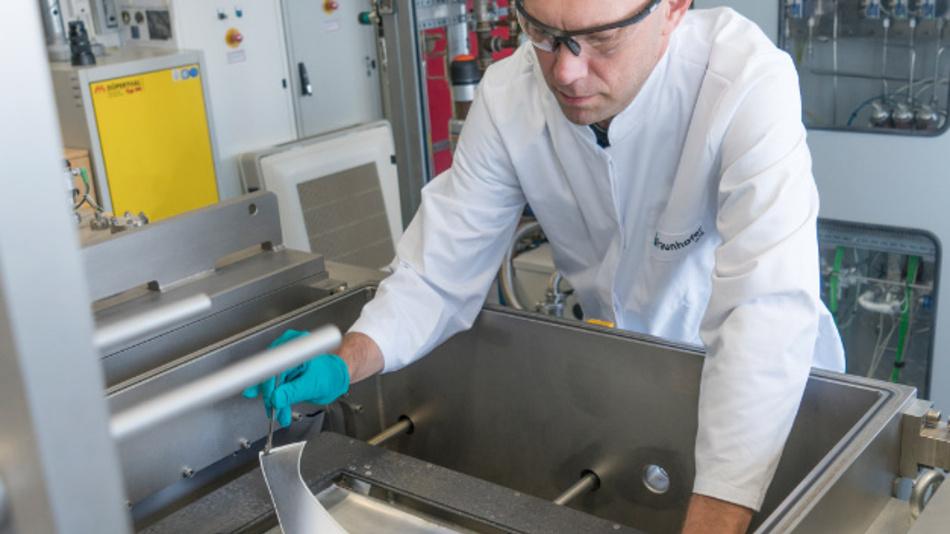 Dr. Jonas Sundqvist zeigt Protoypen textiler Solarzellen.