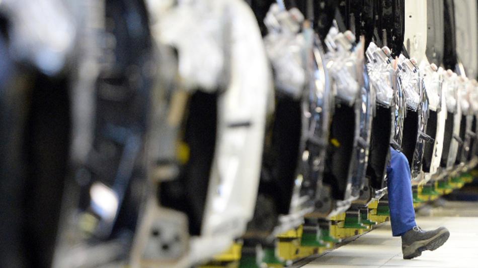Mitarbeiter der Automarke Mercedes-Benz im Daimler Konzern fertigen im Mercedes-Benz Werk Fahrzeuge der S-Klasse.