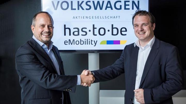 Thorsten Nicklass, CEO Elli (links) und Martin Klässner, CEO has·to·be (rechts) beim obligatorischen Handshake.