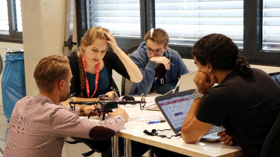 Jede Menge kreative Ideen, 26 Stunden Zeit, ein inspirierender Makerspace mit Tools wie 3D-Drucker, Lasercutter und vielem mehr – der SmartCity Freising Hackathon von Texas Instruments geht in die zweite Runde.