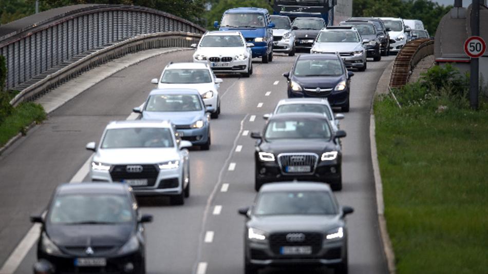 Autos fahren über eine Brücke.