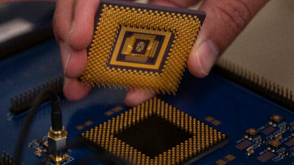 In dem Prototypen des programmierbaren Memristor-Chips, den das Team um Prof. Lu von der University of Michigan demonstriert hat, arbeiten rund 5.800 Memristoren. Würde man den Chip mit Hilfe heute üblicher Prozesstechniken fertigen, so könnten Millionen von Memristoren integriert werden.