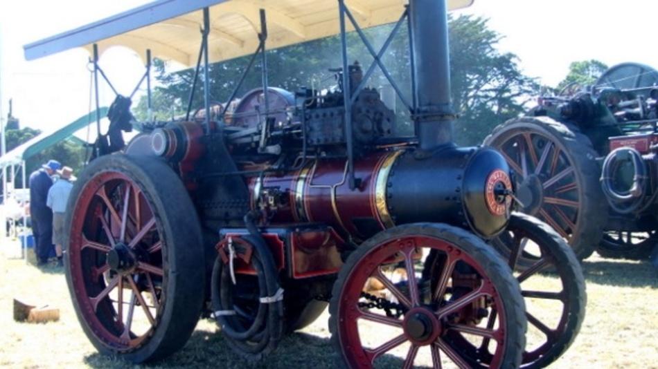 Richard Garrett (1757–1839) gründete sein Unternehmen 1778 in Leiston in der englischen Grafschaft Suffolk. Bekannt wurde Richard Garrett & Sons vor allem durch Landmaschinen und Zugmittel, die von Dampfmaschinen angetrieben waren. Mit ihrer Herstellung begann Richard Garrett & Sons in den 1830er-Jahren. Der größten Beliebtheit erfreute sich das Modell Garrett 4CD.