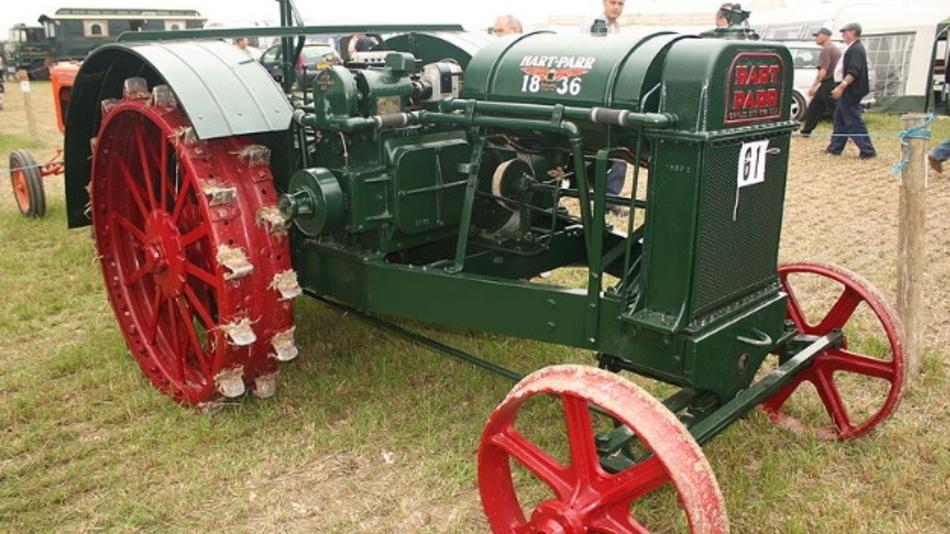 """Charles Hart und Charles Parr gründeten ihr US-amerikanisches Unternehmen Hart-Parr 1901 in Charles City. Hart-Parr Company stellte hauptsächlich Traktoren her, angetrieben von leistungsstarken Ottomotoren. Dem Unternehmen wird die Popularisierung vom Begriff """"Traktor"""" zugeschrieben."""
