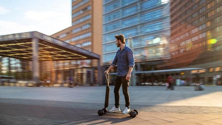Auch Audi setzt künftig auf das Mobilitätskonzept E-Scooter, wählt aber einen anderen Ansatz und kombiniert Tretroller mit Skateboard.