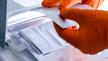 Mitarbeiter am Institut bei der Fertigung von Batteriezellen mit Handschuhen