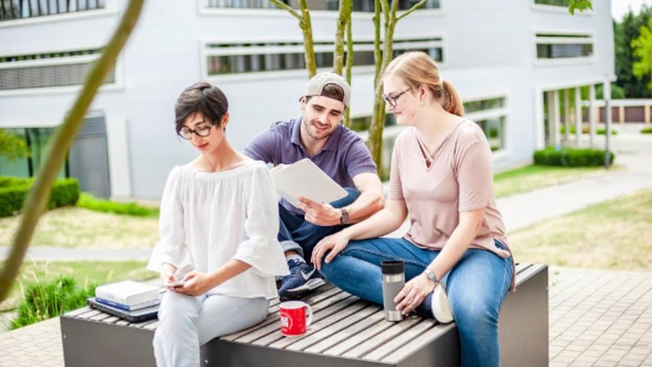 An der Uni Hildesheim studieren etwa 800 IT-Studierende. Sie lernen zum Beispiel, wie man große Informationsmengen managt und höchst performante Algorithmen umsetzt.