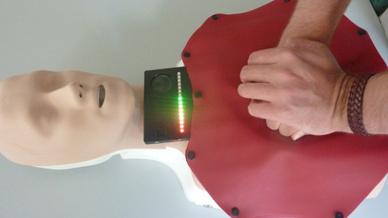 Aufleuchtende LEDs am oberen Mattenrand signalisieren, ob der Helfer die Herzdruckmassage korrekt ausführt.