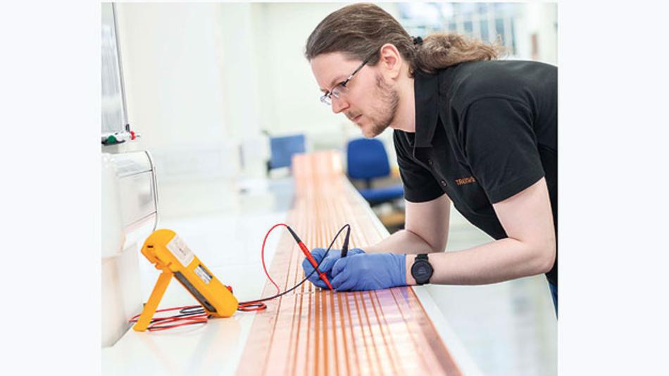 Bild 2. Flexible Leiterplatten – hier beim Test der Isolation zwischen den Leiterbahnen – können komplexe Kabelbäume ersetzen und lassen sich in oder um Fahrzeugkomponenten montieren.