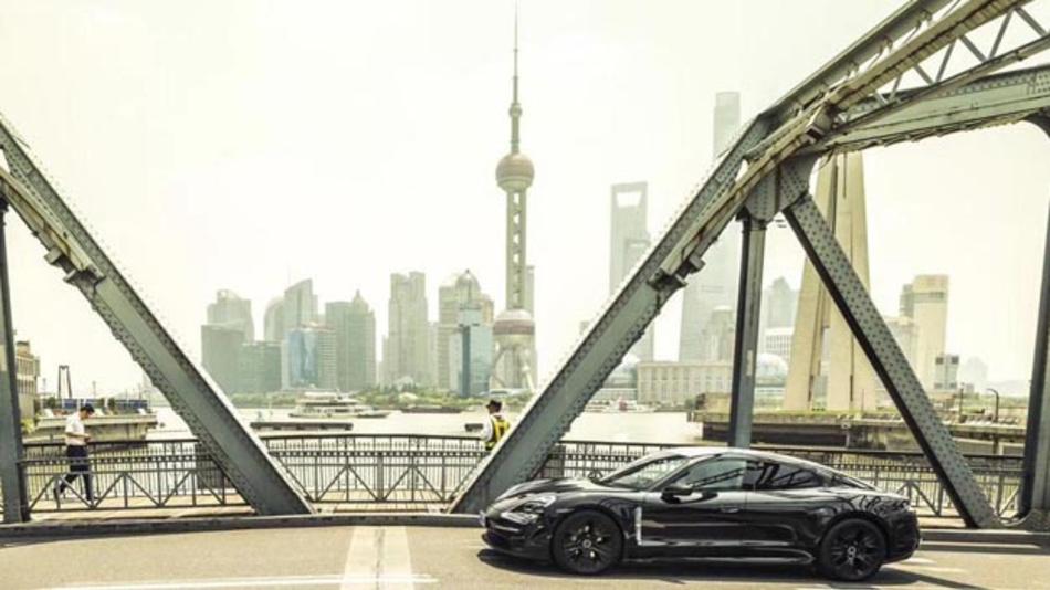 Der vollelektrische Porsche Taycan ist der Kern des grünen Projektportfolios. Der Sportwagenhersteller hat nun ein grünes Schuldscheindarlehen in Höhe von einer Milliarde Euro platziert.