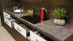 Eine Küchenzeile mit einem Induktionskochfeld.