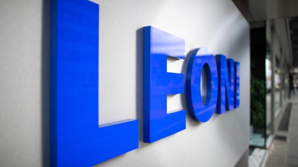 Der Schriftzug des Kabelspezialisten und Autozulieferers Leoni steht am Eingang der Zentrale des Unternehmens.