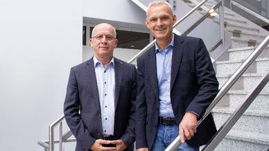 Bernd Rossow (l.) und Dirk Krüger (r.) bilden gemeinsam mit Mareks Peters das neue Führungsteam der Esylux Deutschland GmbH