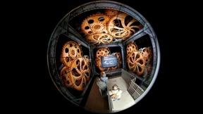 """Das 360-Grad-Erlebnis des """"TimeCube"""" entsteht durch eine aufwendig geplante Installation neuester Multimediatechnik in einem begehbaren Würfel."""
