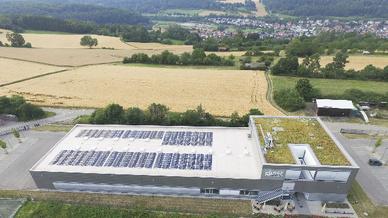Ein Teil des Daches liefert dank der Photovoltaik-Module Strom, der begrünte Teil wird im Frühsommer zur Bienenweide