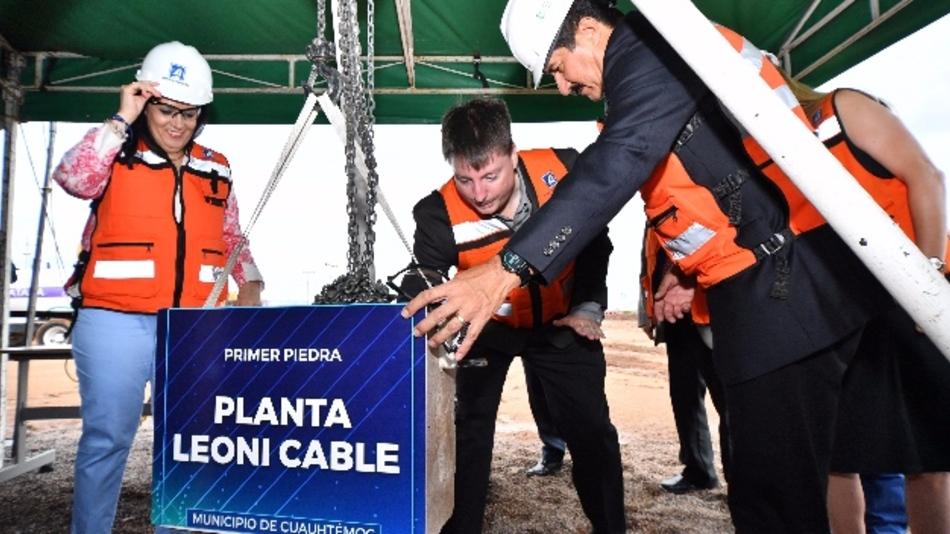 Von links nach rechts: Patricia Terrazas Baca, Diputado Federal (Kongressabgeordnete) von Chihuahua, Bill Livengood, Präsident von Leoni Cable Inc, Javier Corral Jurado, Gouverneur von Chihuahua
