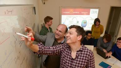 Das Team von Prof. Dr. Gordon Pipa und Prof. Dr. Kai-Uwe Kühnberger setzt Watson ein, um zum Beispiel mit Twitter-Daten Grippewellen vorherzusagen.