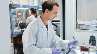 Forschung an Batterien der nächsten Generation: Elektroden von Lithium-Ionen-Batterien werden am Institut für Materialforschung der Hochschule Aalen beschichtet.