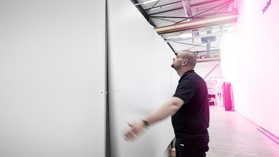 Eugen Franzen von der Controller Steuerungstechnik macht es vor: Die Rückwand des Schranks ist einfach von oben einzuhängen und bleibt sicher in der Position, bis die Schrauben angezogen sind.