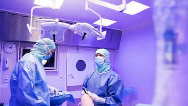 Wenn die Chirurgen im Krankenhaus Sørlandet in Kristiansand, Norwegen, endoskopische Operationen durchführen, werden sie dabei durch eine speziell entwickelte Beleuchtung von Glamox unterstützt.