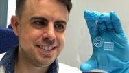 Empa-Forscher Gilberto Siqueira demonstriert den frisch ausgedruckten Nanocellulose-Schaltkreis. Nach einem Trocknungsprozess lässt sich das Material weiterverarbeiten.