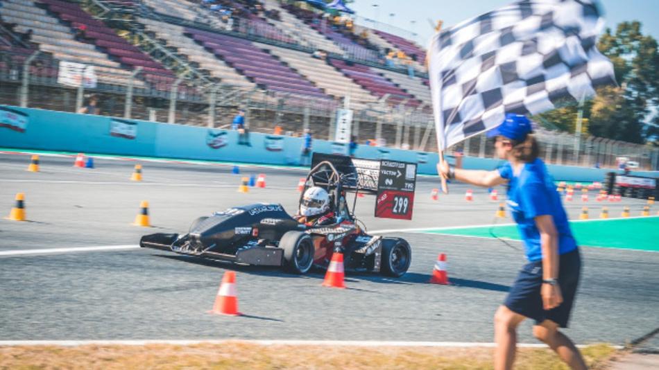 Zieleinlauf in Barcelona: Hochschule Karlsruhe gewinnt Formula Student Spanien.