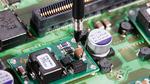 Die Verwendung einer Massefeder sorgt für das beste Signal/Rauschverhältnis bei der Messung des Versorgungsspannungsdurchgriffs.