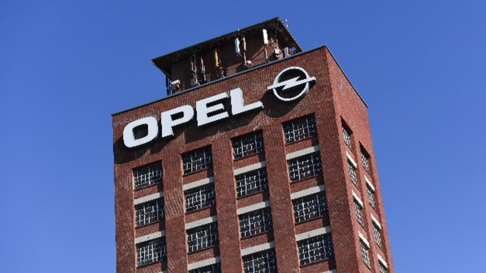 Das Opel-Logo ist auf einem Turm auf dem Werksgelände des Autobauers in Rüsselsheim angebracht.