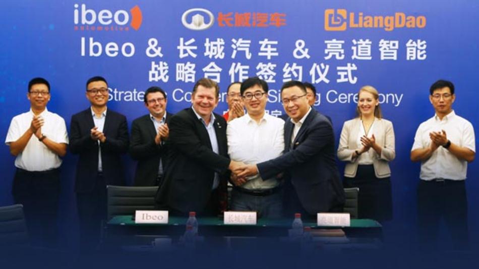 Dr. Ulrich Lages, CEO von Ibeo, Kai Zhang, Deputy General Manger Great Wall und Dr. Xueming Ju, CEO von LiangDao beim obligatorischen Handshake nach Abschluss des Kooperationsvertrages.