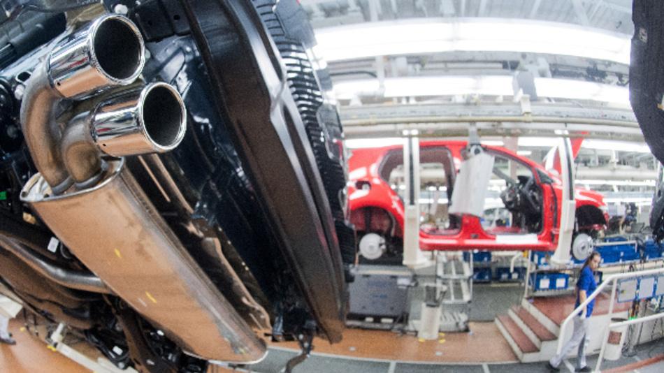 Ein Abgasrohr von einem VW Golf 7 mit TDI Dieselmotor an einer Fertigungsstrecke.