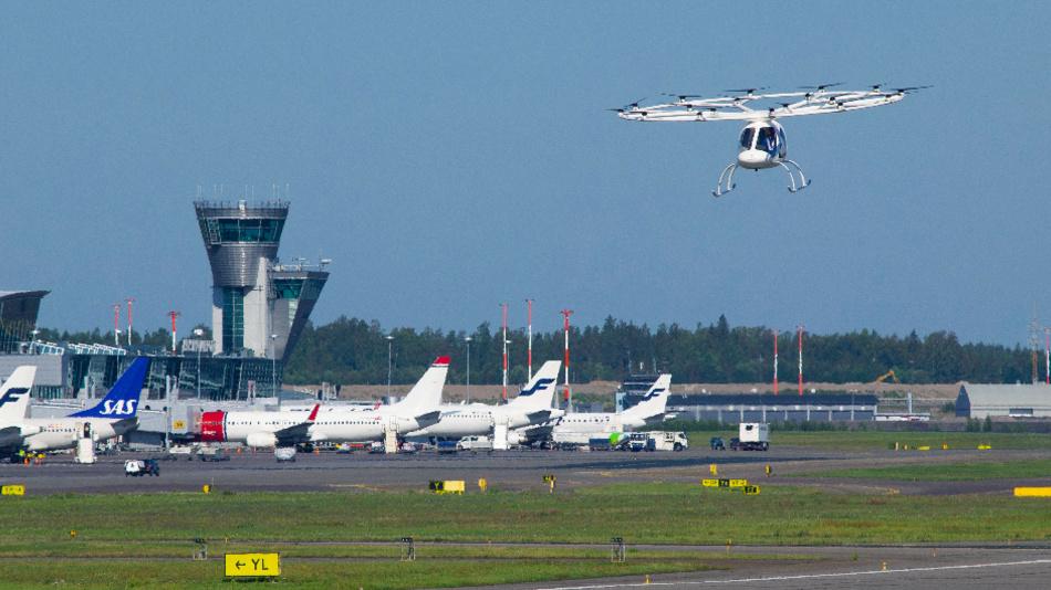 Der Volocopter bei einem Testflug auf dem Flughafen von Helsinki.