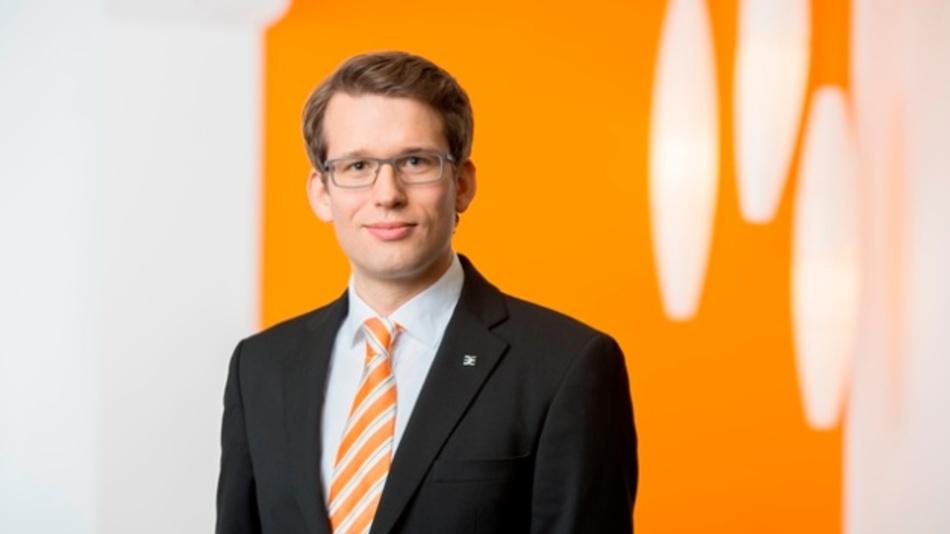 Carsten Nagel hat Geschichts- und Rechtswissenschaften an der Universität Bielefeld studiert. Nach einem Volontariat und einer Ausbildung zum PR-Berater bei Weidmüller war der 33-Jährige zunächst in der internen Kommunikation der Weidmüller Gruppe beschäftigt. Seit 2017 ist er verantwortlich für die externe Kommunikation und Technologiekommunikation des Elektrotechnikunternehmens.