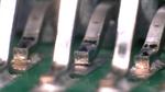 Koplanarität ist ein Maß für die größte Streuung der Anschlusshöhen über einer planen Oberfläche und muss bei SMT-Bauteilen auf ein Minimum reduziert werden, um Probleme bei Verbindungen zu vermeiden (unten rechts).