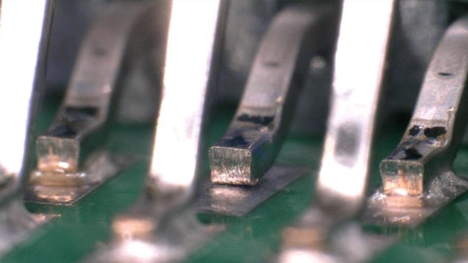 Bild 1: Koplanarität ist ein Maß für die größte Streuung der Anschlusshöhen über einer planen Oberfläche und muss bei SMT-Bauteilen auf ein Minimum reduziert werden, um Probleme bei Verbindungen zu vermeiden (unten rechts).
