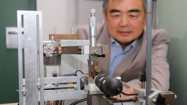 Viele Prüfanlagen im Labor für Feinsystemtechnik haben die Wissenschaftler der TH Ostwestfalen-Lippe selber entwickelt. Prof. Jian Song kontrolliert hier die Simulation von Mikrobewegungen, die die Steckverbinder durchlaufen.