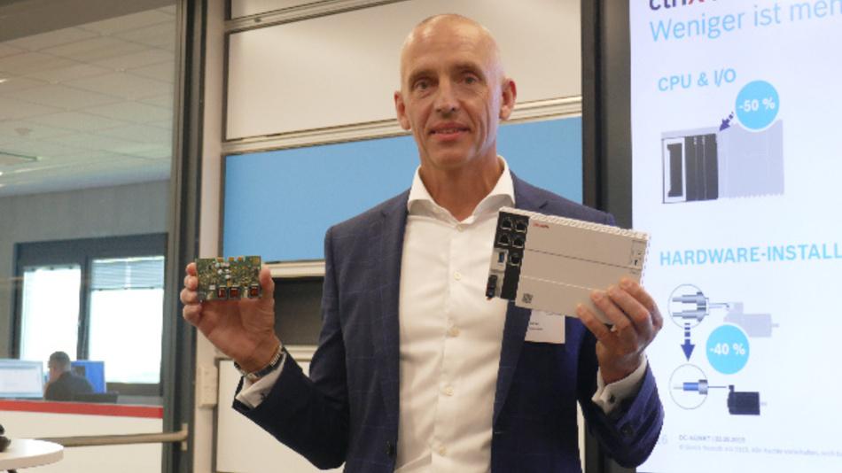 Steffen Winkler (Bosch Rexroth) mit dem neuen CPU-Modul »ctrlX Core« und der alten, doppelt so großen Controller-Generation (hier im Gehäuse).
