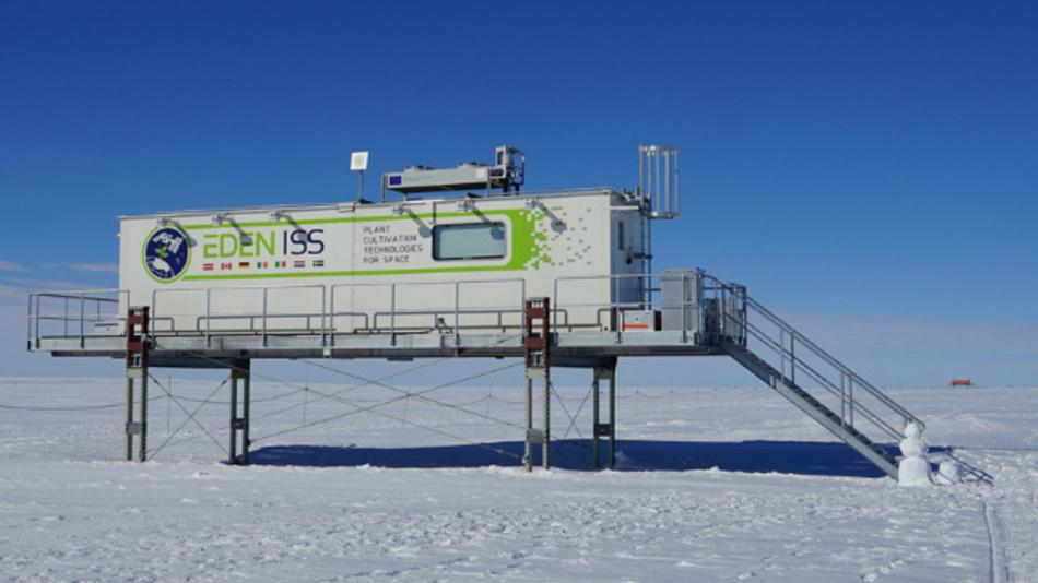Bild 2: Die mobile Testanlage nahe der Neumayer-Station III in der Antarktis steht auf einer Plattform. Bei der Inneneinrichtung vertraut das DLR-Institut für Raumfahrtsysteme auf item Bauteile.