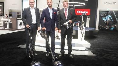 Im Rahmen der Miele-Pressekonferenz zur IFA 2019 präsentierten die Geschäftsführer Dr. Markus Miele, Dr. Axel Kniehl und Dr. Reinhard Zinkann (v.li.) den ersten Akku-Staubsauger von Miele.