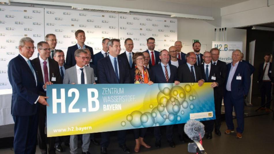 Teilnehmer aus Politik, Wirtschaft und Wissenschaft bei der Gründungsveranstaltung zum Zentrum Wasserstoff.Bayern (H2.B) in Nürnberg.