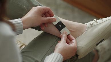 Das Kardia Mobile 6L ist mit zwei Elektroden auf der Oberseite für die Finger und einem auf der Unterseite für den Kontakt mit der Haut am Knie bzw. Knöchel ausgestattet.