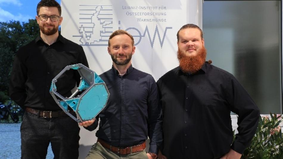 Das Erfinderteam Maximilian Heinz (links), Nico Günzel (Mitte), Robert Balduhn (rechts) mit einem ihrer Modul-Container Beck