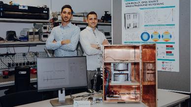 Die Masterstudenten Ivan Fomin (li.) und David Schote vor ihrem Tabletop-MRT
