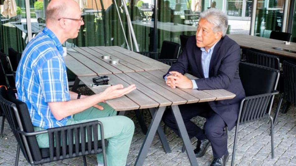 Chefredakteur Joachim Kroll im Gespräch mit Jim Tung.