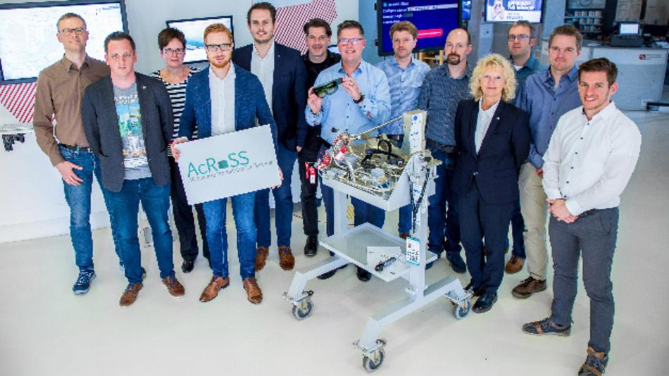 Das AcRoSS-Konsortium beim Projektabschluss im Smart Data Forum in Berlin, wo künf-tig die Industrie-Exponate für Besucher ausgestellt werden.