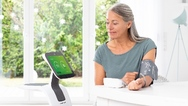 """Mehr Sicherheit, Kommunikation und Unterhaltung für die ältere Generation dank künstlicher Intelligenz: Der """"Home Care Robot"""" von Medisana wartet zum Verkaufsstart mit weiteren Services auf."""