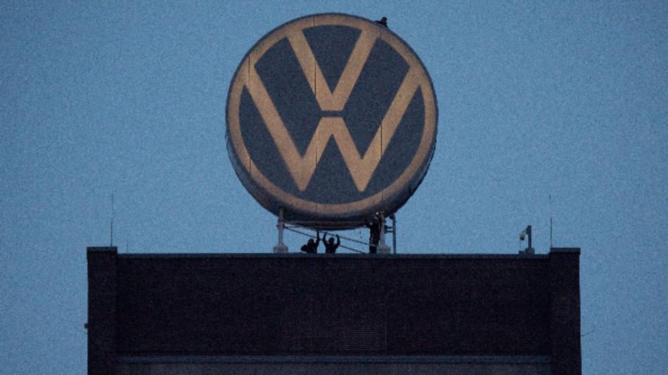 Das neue Logo von Volkswagen auf dem Markenhochhaus am VW Werk.
