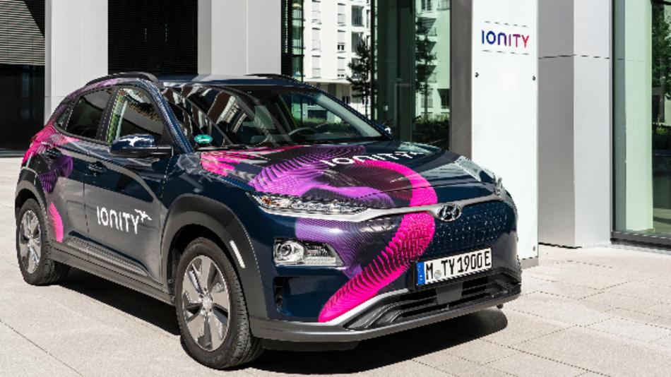 Elektrofahrzeug von Hyundai mit Ionity-Beschriftung.