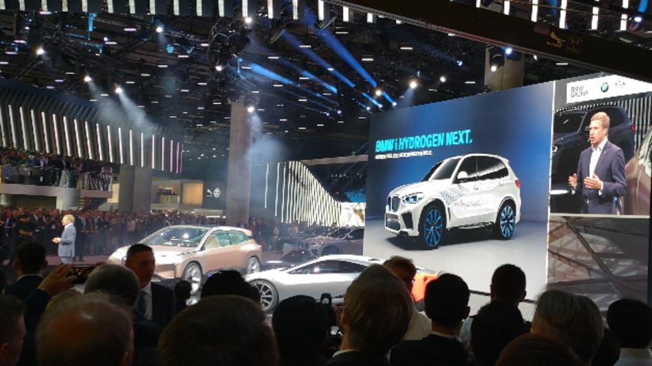 BMW-Chef Oliver Zipse will bis 2021 insgesamt eine Million elektrifizierte Fahrzeuge auf die Straße bringen. Neben batterieelektrischen Fahrzeugen arbeitet BMW auch an Brennstoffzellenantrieben.