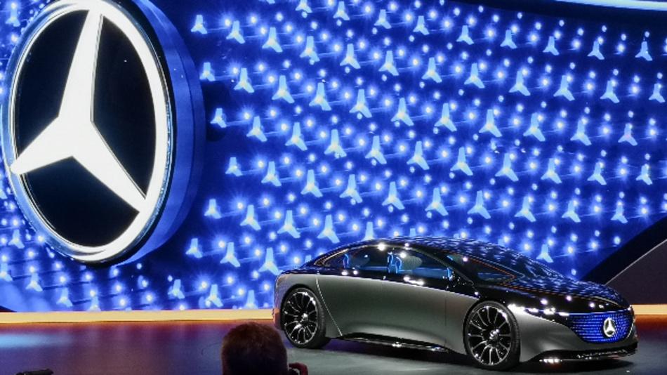 Daimler-Boss Ola Källenius präsentiert die neue vollelektrische S-Klassen-Studie EQS und weist darauf hin, dass Daimler bereits 20 elektrifizierte Fahrzeuge (batterieelektrisch und Hybrid) im Sortiment hat.