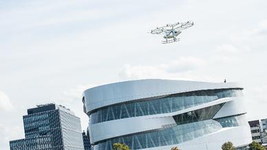 Der Volocopter auf seinem ersten urbanen Flug in Europa über dem Mercedes-Benz-Museum in Stuttgart.